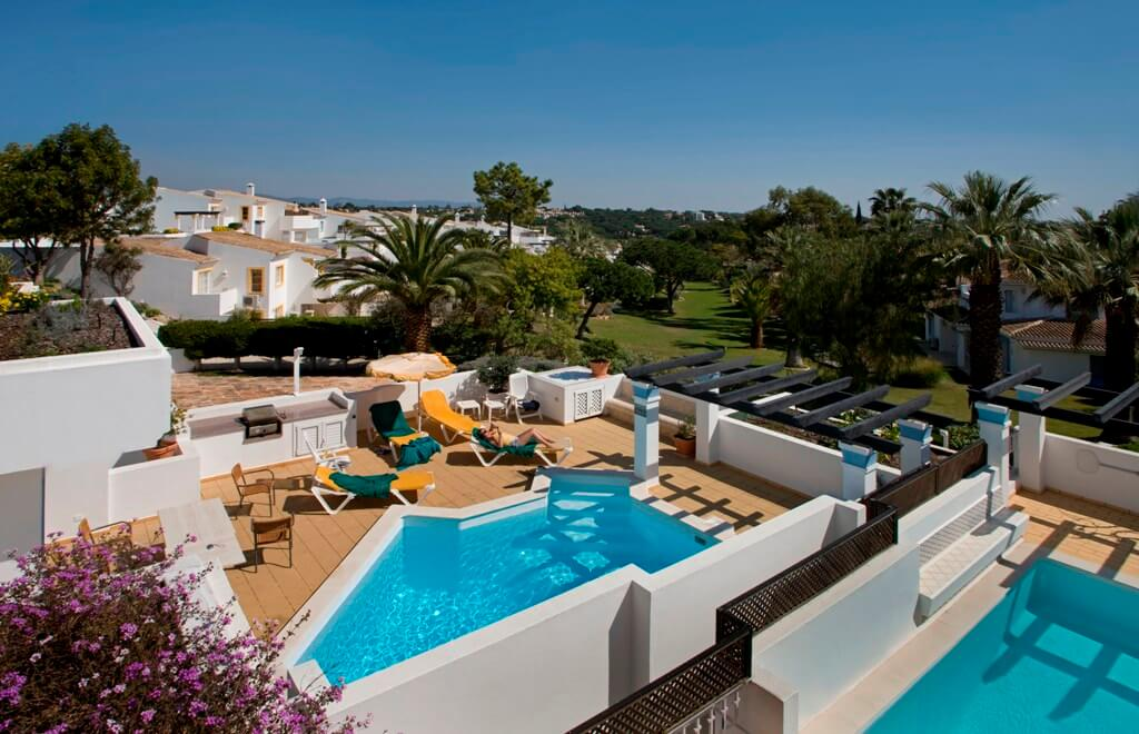Confortable three bedroom apartment with three bathrooms and a terrace with private pool.